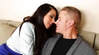 Seducing slut is about kissing kinky beloved